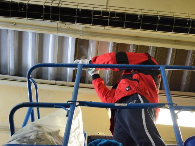 čištění stropu haly