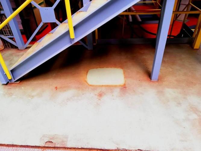 vzorek čištění podlahy zanešený chemickou výrobou