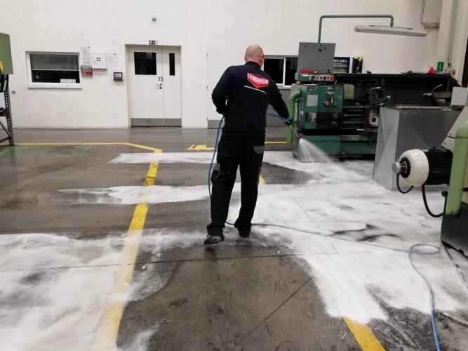 čištění podlahy aktivní pěnou