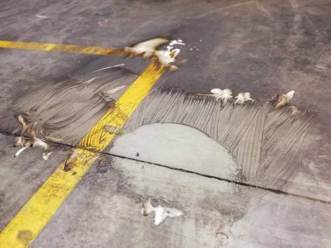 demonstrace čištění silně znečištění podlahy na vstupu výrobní haly