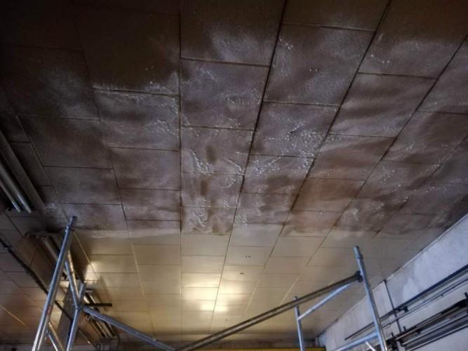 čištění stropu nástrojárny