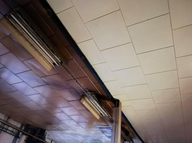 ukázka rozdílu čištěného(nevyčištěného stropu