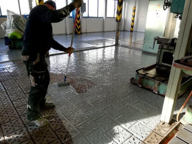aplikace opravného nátěru na odmaštěnou a napenetrovanou podlahu