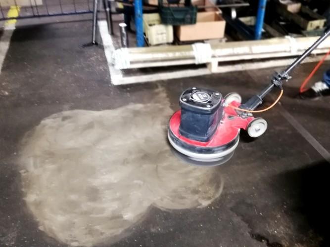 broušení podlahy od silného znečištění