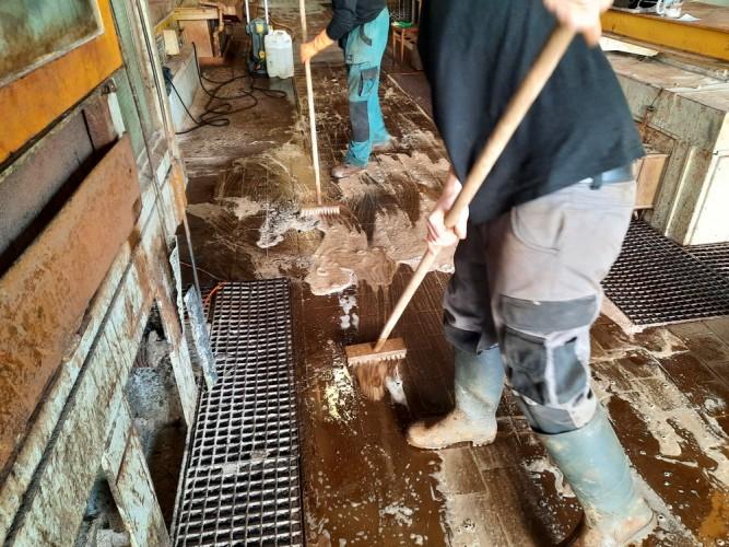 čištění silně znečištěné podlahy zinkovny