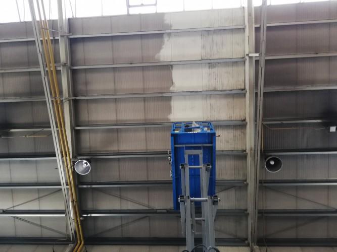 čištění stropu haly - trapézový plech